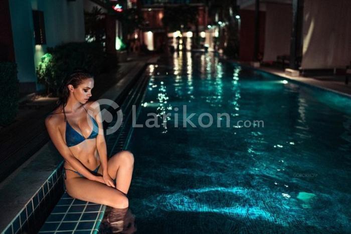 Картинки девушек возле бассейна